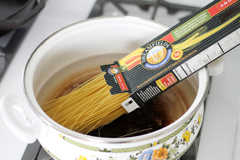 adding dreamfields pasta to pot