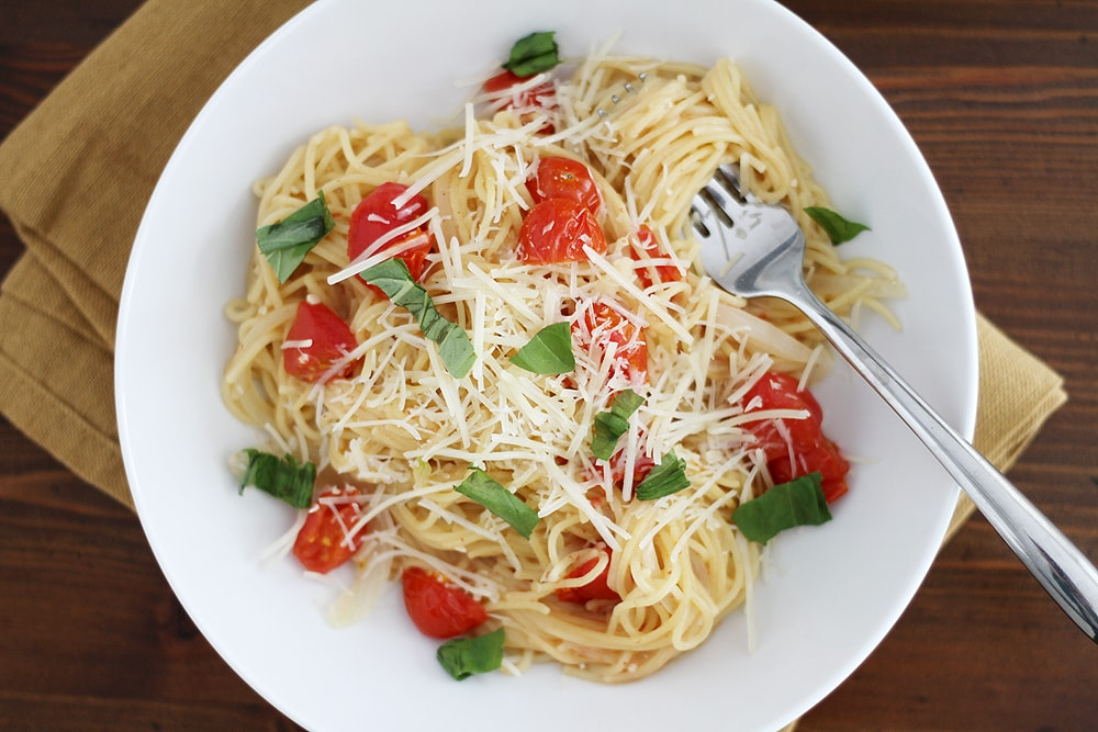 one pot pasta with tomatoes and basil in bowl on table