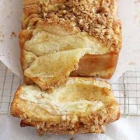 apple cinnamon streusel pull apart bread