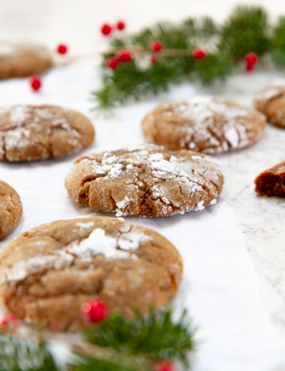 Ridiculously Soft Gingerbread Crinkle Cookies -- homemade gingerbread cookies coated in powdered sugar and soft in the centers. Perfect for holiday parties and cookie exchanges! #girlversusdough #cookierecipe #Christmascookie